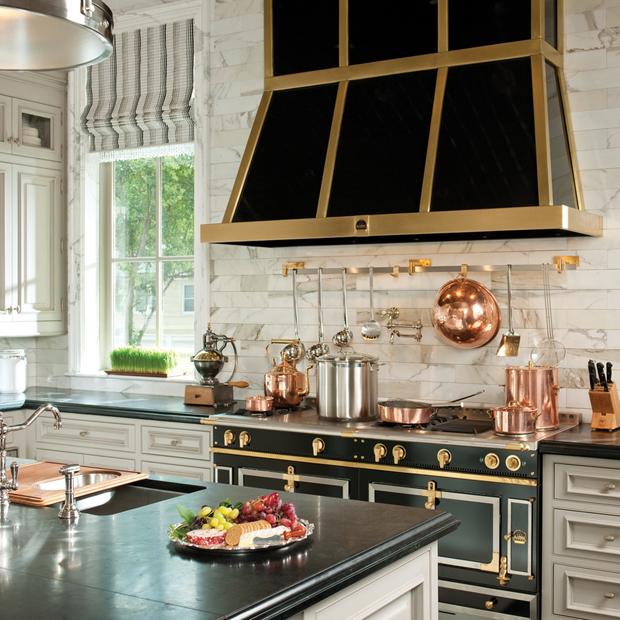 cozinha no estilo egípcio, preto e dourado na decoração
