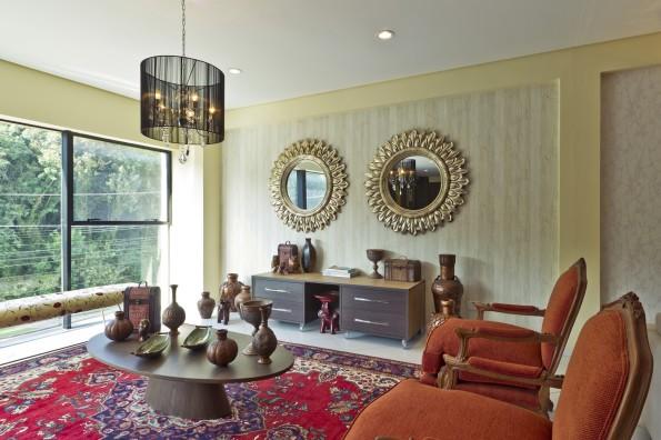 sala de estar no estilo egípcio, lustres e espelhos emoldurados amplitude do espaço