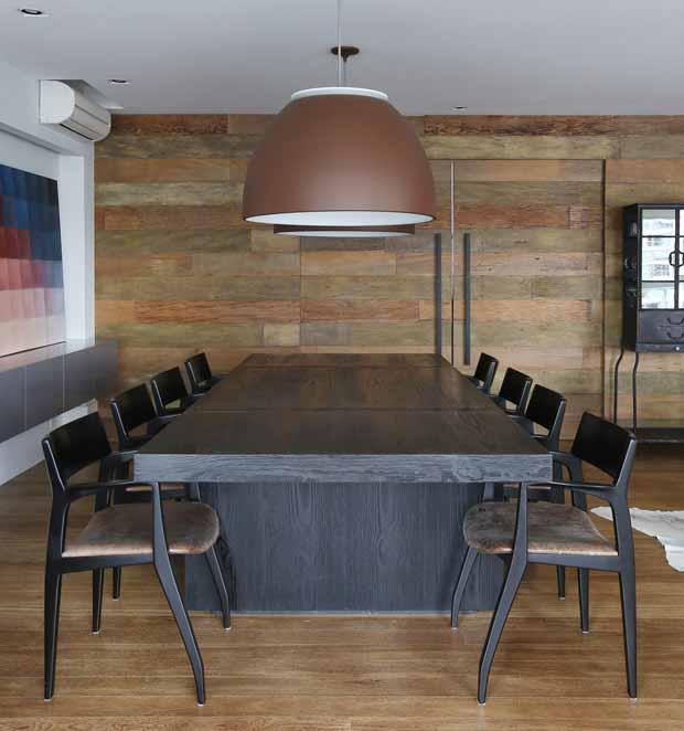 madeira-mesa-cadeiras-luminaria-quadro